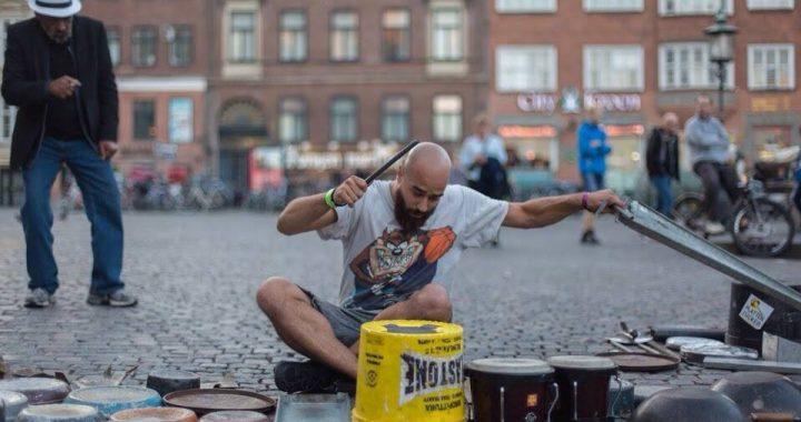ulični bubnjar sa palicama